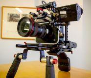 Ну рисунке представлена  Blackmagic Production Camera 4K с ригом для переноски на плече, монитором для предпросмотра